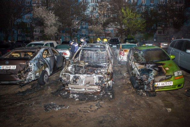На стоянке в Днепре горели автомобили: есть видео