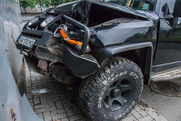 В Киеве водитель джипа бросил пострадавших жену и детей на месте аварии