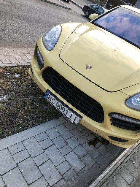 Во Львове 16-летней мажорке на Porshe, устроившей ДТП, выписали смешной штраф