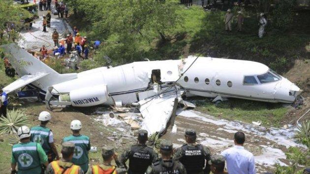 Авиакатастрофа в Гондурасе: частный самолет разломан напополам. Фото