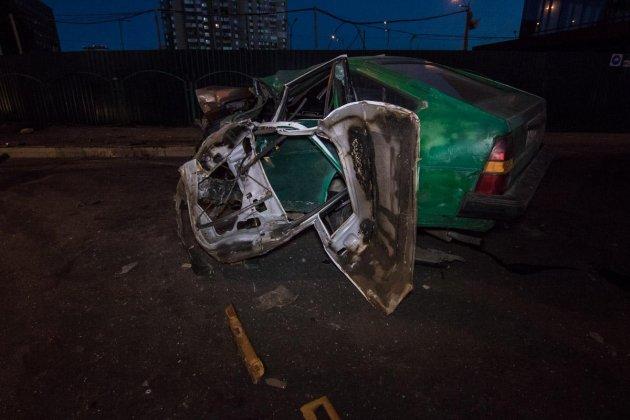 В Киеве авто с пьяной компанией врезалось в столб