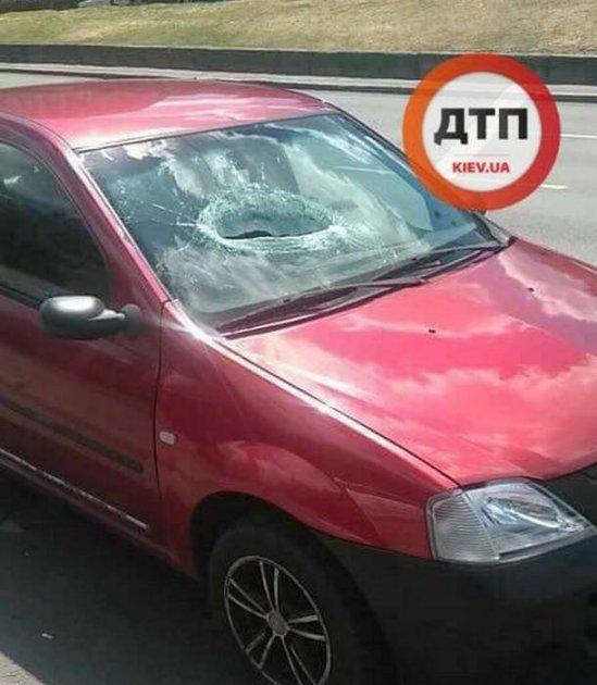 В Киеве с моста упал кусок бетона, есть пострадавший