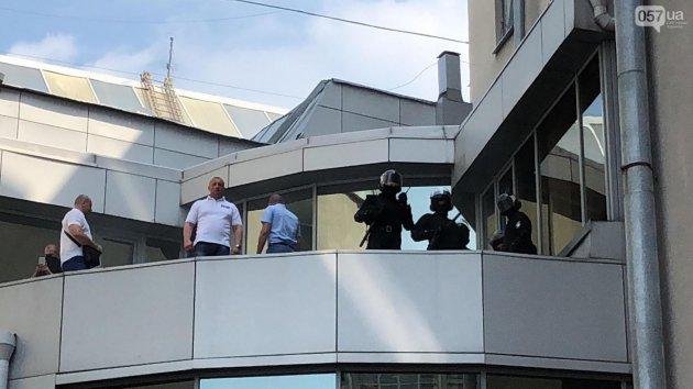 В Харькове неизвестные в балаклавах бросили дымовую шашку в мэрию