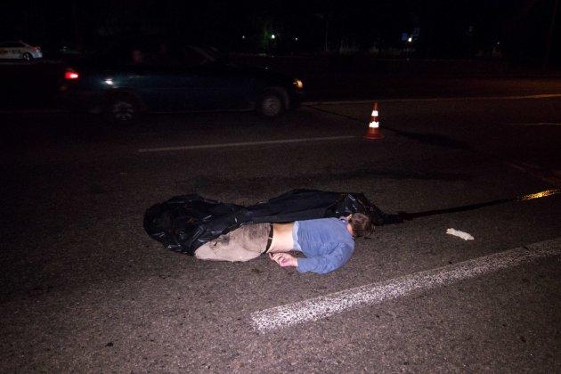 Протащило 50 метров: в Киеве авто насмерть сбило мужчину. Видео