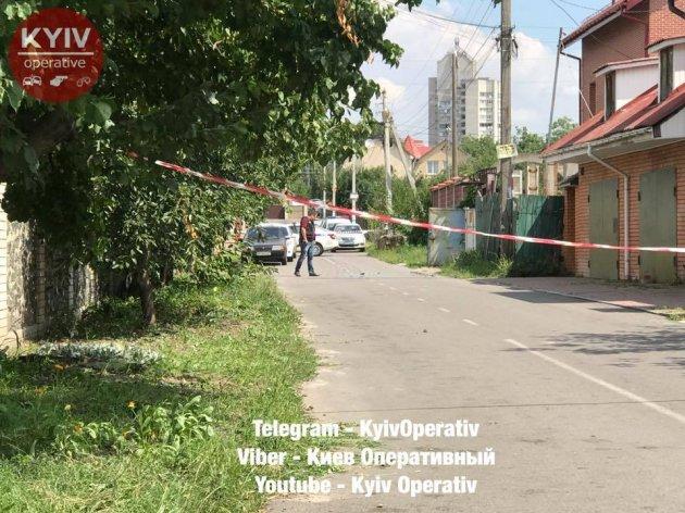 В Киеве со стрельбой ограбили мужчину. Видео
