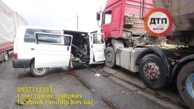 На Ивано-Франковщине автобус врезался в грузовик, есть жертвы
