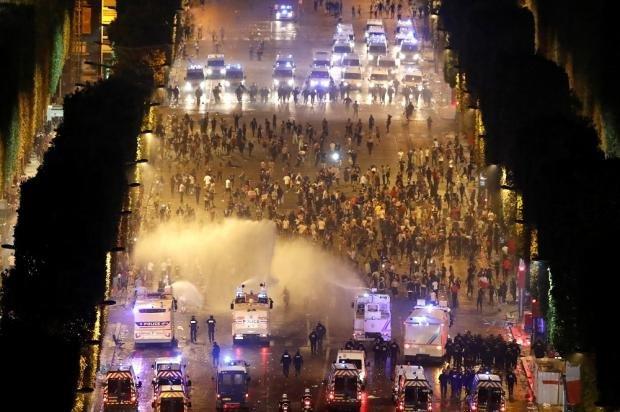 Французы отметили победу на ЧМ стычками с полицией и погромами