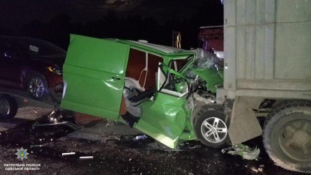 В Одесской области микроавтобус врезался в «КамАЗ», сеть жертвы