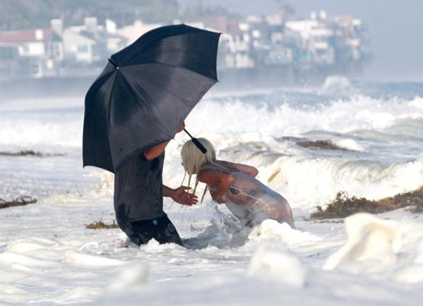 Леди Гага устроила откровенную фотосессию на пляже
