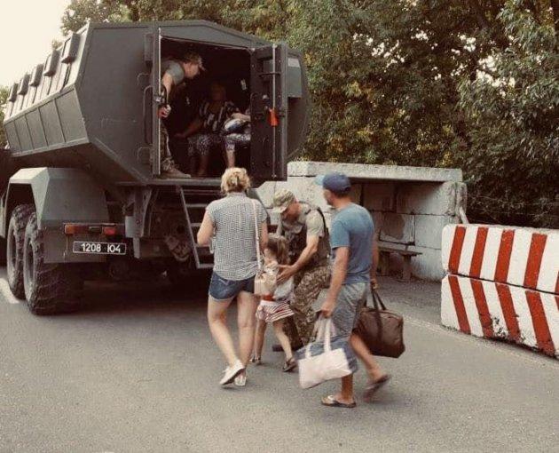 На КПВВ Новотроїцьке триває режим Червоний: горить трава, вибухають боєприпаси