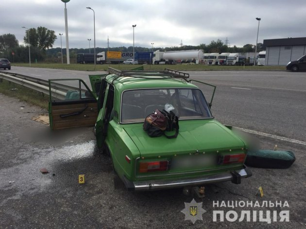 Два трупи: на Харківщині «шістка» влетіла у відбійник