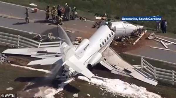 В США літак розвалився навпіл під час посадки. Відео