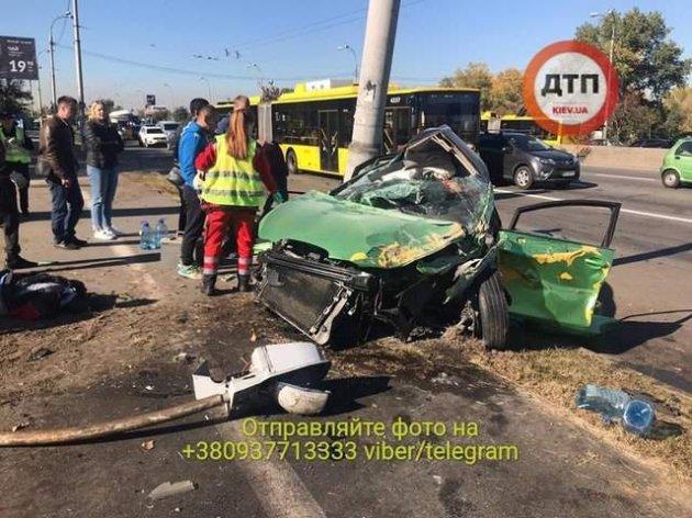 Криваве місиво в Києві: водій врізався в електроопору