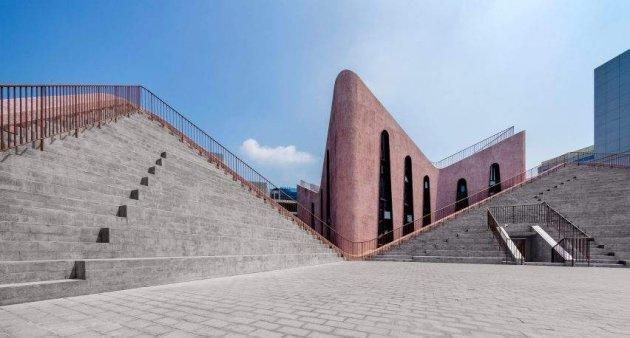Китайське місто прикрасила унікальна рожева церква. Фото
