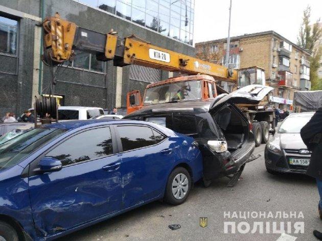 В Києві автокран без гальм потрощив півтори дюжини машин
