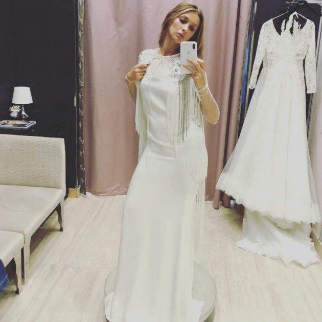Українська співачка заінтригувала знімком у весільній сукні