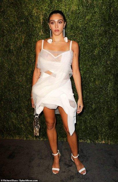 Дочка Мадонни вийшла в світ прозорій сукні