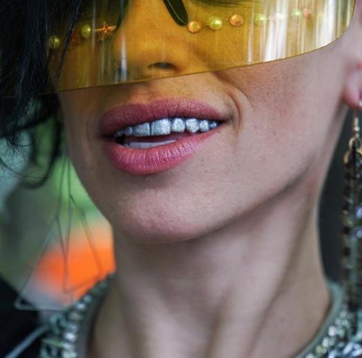 Новий тренд: модниці фарбують зуби в усі кольори веселки