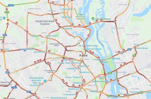 У Києві через сніг та непогоду масові затори та вже більше 50 ДТП