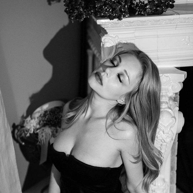 Тіна Кароль похвалилась грудьми у відвертому вбранні