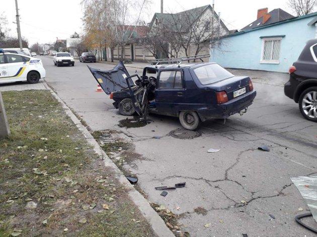 У Херсоні автомобіль влетів у магазин: є постраждалі