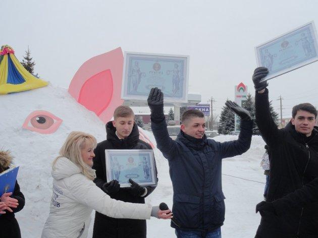 В Украине соорудили рекордную инсталляцию - огромную свинью из снега. Фото