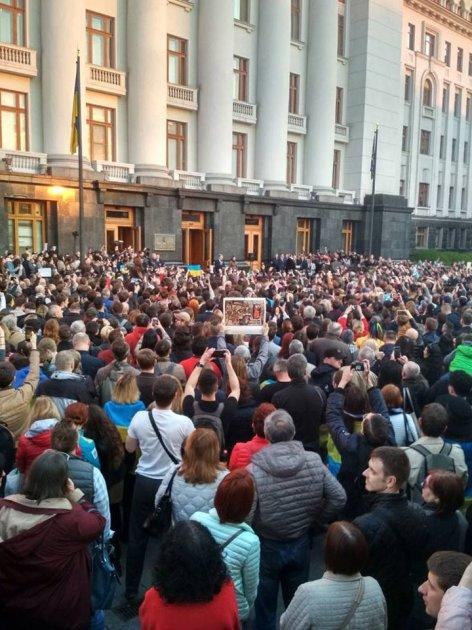 «Дякуємо!»: на Банковій зібралися тисячі людей підтримати Порошенка