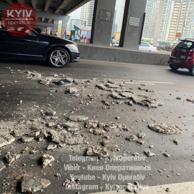 В Києві черговий «стомлений» міст обвалився на автомобіль