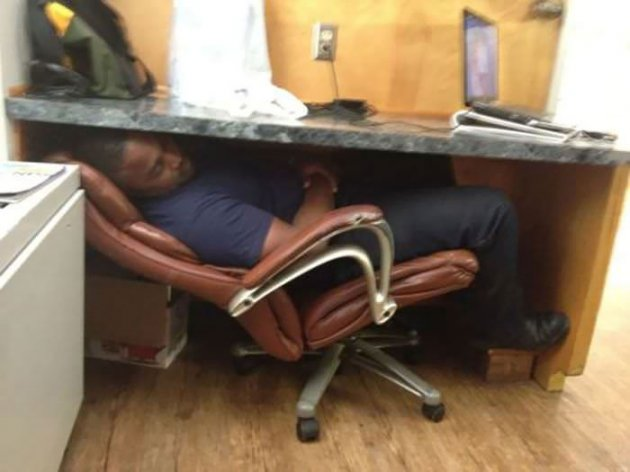 В обіймах Морфея: кумедні фото людей, яким не вистачає сну