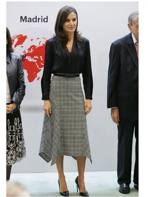 Королева Іспанії вибрала трендову спідницю для урочистого заходу. Фото