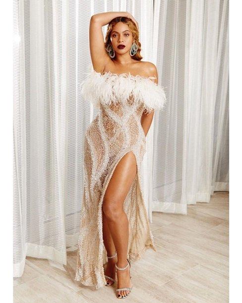 Бейонсе здивувала прозорою сукнею, прикрашеною пір'ям