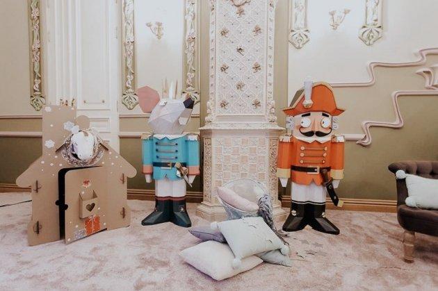 Олена Зеленська прикрасила новорічну ялинку. Фото
