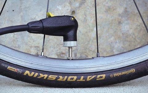 Как правильно накачать велосипедное колесо