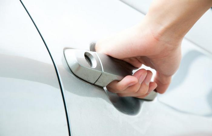 Как открыть машину, если ключи остались внутри?